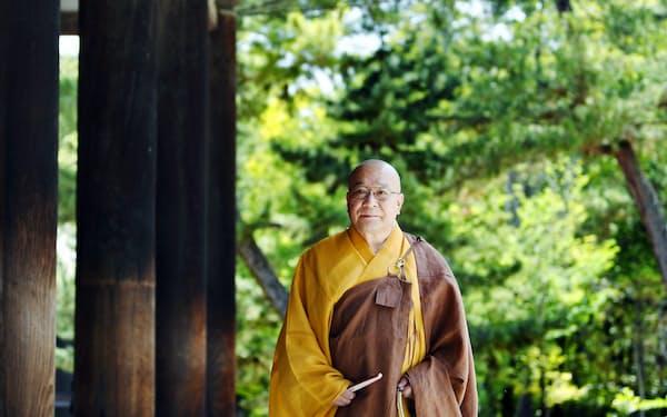 復元した袈裟をまとい金堂を歩く西山長老(奈良市)