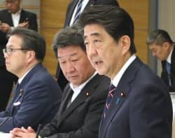 経済財政諮問会議であいさつする安倍首相(5日午後、首相官邸)