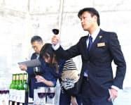 トンネル内で3年間熟成させたワインの出来栄えを確認した(札幌市)