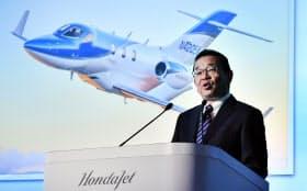 ホンダジェットの事業戦略について説明するホンダの八郷社長(6日午前、東京都港区)