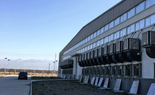 青海省デリンハに立地する仮想通貨の採掘場。壁には一面に空冷用のファンが並ぶ