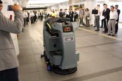 地下街を試験走行するソフトバンクロボティクスの「RS26」(5月31日、東京・丸の内)