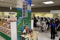 天満屋岡山本店のギフトセンターは開店直後から多くの客が詰め掛けた(6日、岡山市)