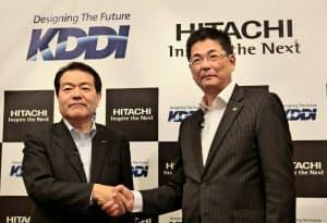 IoT事業での提携を発表するKDDIの森敬一氏(左)と日立製作所の永野勝也執行役常務(7日、東京都千代田区)