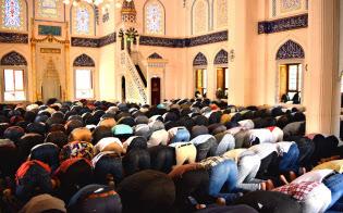 東京ジャーミイには毎週金曜日の集団礼拝で300人以上のイスラム教徒が訪れる(5月18日、渋谷区)