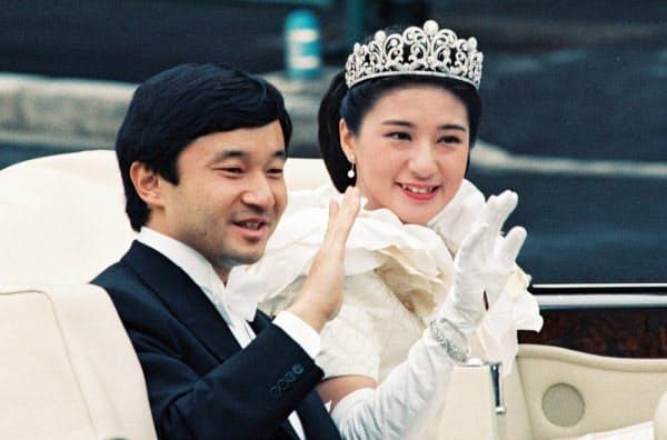 結婚パレードで車内から手を振る皇太子ご夫妻(1993年6月9日、東京都内)