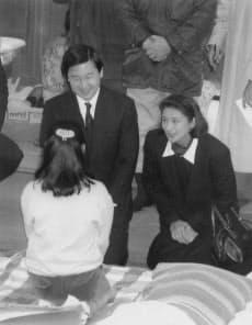 避難所の体育館で被災者を励ます皇太子ご夫妻(1995年2月26日、神戸市中央区の神戸諏訪山小)