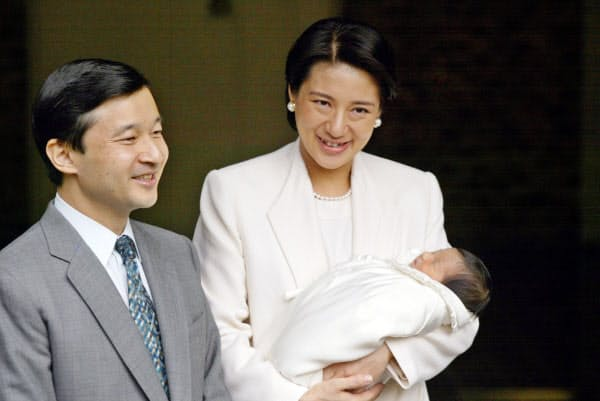 皇太子さまに付き添われ、敬宮愛子さまを抱いて退院する雅子さま(2001年12月、皇居・宮内庁病院)