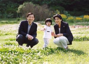 皇太子ご夫妻と愛子さま(2003年5月30日、東宮御所)