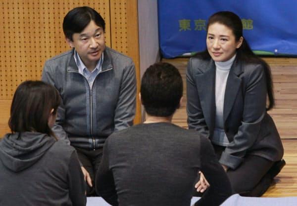 避難所となった味の素スタジアムの体育室を訪問し、被災者と話す皇太子ご夫妻(2011年4月6日、東京都調布市)