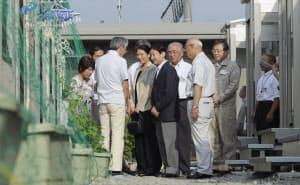 仮設住宅を訪問し、富岡町から避難してきた住民と話す皇太子ご夫妻(2011年7月26日、福島県郡山市)