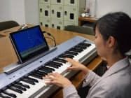 タブレット端末などの画面を見ながらゲーム感覚でピアノの練習ができる