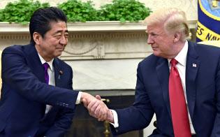 ホワイトハウスで会談する安倍首相(左)とトランプ米大統領(7日、ワシントン)=AP