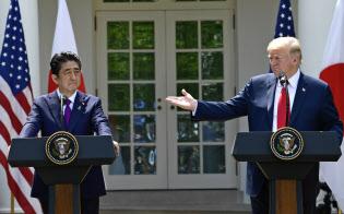 ホワイトハウスで共同記者会見する安倍首相(左)とトランプ米大統領(7日、ワシントン)=AP