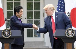 共同記者会見で握手する安倍首相とトランプ米大統領=7日、ワシントンのホワイトハウス(共同)
