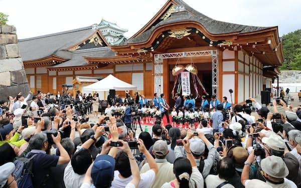 名古屋城本丸御殿の公開を記念し、開かれたオープニングセレモニー(8日午前、名古屋市中区)