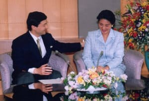 涙ぐむ雅子さまの背中に手を置く皇太子さま(2002年4月2日、東京・元赤坂の東宮御所)=宮内庁撮影