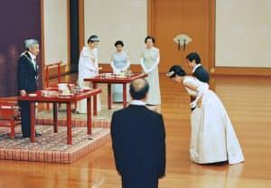 朝見の儀で両陛下にあいさつする皇太子ご夫妻(1993年6月9日、宮殿・松の間)