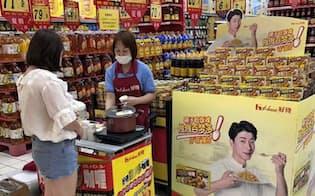 ハウス食品は今期中に中国でカレールウを平均1割値上げする(店頭での販促活動)
