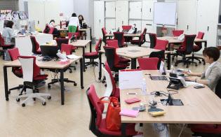 午後5時過ぎにほとんどの人が帰宅し、がらんとしたランクアップの社内(東京都中央区)