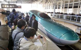 開業時はフィーバーしたが…(2016年3月、JR新函館北斗駅を出発する一番列車)