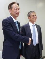 ロック・フィールド創業者の岩田氏(右)は、古塚氏(左)への2度目の社長交代で会長職に専念する(8日、大阪取引所)