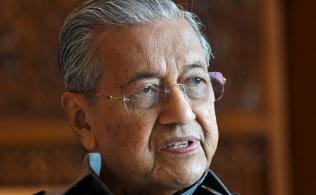 インタビューに答えるマレーシアのマハティール首相(8日午後、マレーシア・プトラジャヤの首相官邸)=柏原敬樹撮影
