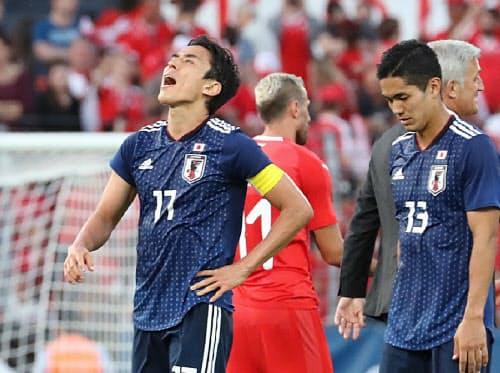スイスに敗れ、悔しそうな表情の長谷部(左)と武藤=沢井慎也撮影