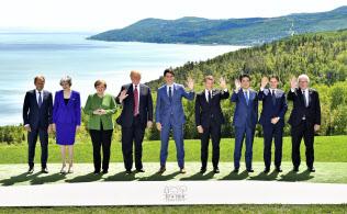 集合写真に納まる(左から)EUのトゥスク大統領、メイ英首相、メルケル独首相、トランプ米大統領、カナダのトルドー首相、マクロン仏大統領、安倍首相、イタリアのコンテ首相、ユンケル欧州委員長(8日、カナダ・シャルルボワ=代表撮影・共同