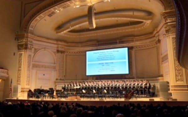 8日、カーネギーホールの演壇に並ぶ「六本木男声合唱団ZIG-ZAG」(米ニューヨーク)