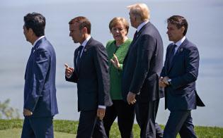 各国首脳と会話を交わすトランプ米大統領(右から2人目、8日、カナダ・シャルルボワ)=AP