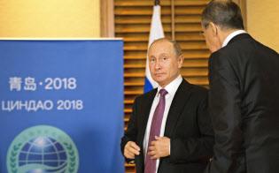 ロシアのプーチン大統領(左)とラブロフ外相(9日、青島)=AP