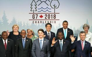 G7サミットの拡大会合で、記念写真に納まる安倍首相(後列中央)と各国首脳ら=9日、カナダ・シャルルボワ(代表撮影・共同)