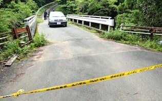 女性の遺体が発見された現場付近の道路(10日午前、静岡県藤枝市)=共同