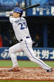 3回DeNA2死一、三塁、筒香が左越えに勝ち越し3ランを放つ(10日、横浜)=共同