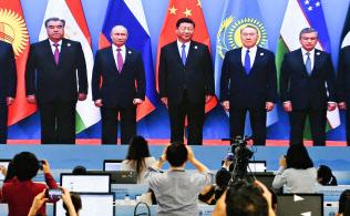 メディアセンターのモニターに映し出された、上海協力機構首脳会議の討議前の様子(10日、中国山東省青島)=共同