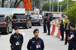 厳重な警備の中を移動する北朝鮮の金正恩朝鮮労働党委員長の車列(10日、シンガポール)=共同
