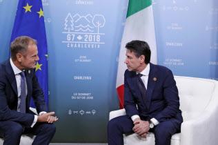 イタリアのコンテ首相(右)はG7で欧州メンバーとの結束を優先した(8日、シャルルボワ)=ロイター