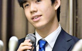 記者会見で「タイトルを目指したい」と語った藤井聡太七段(10日午後、名古屋市)=共同