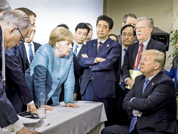 G7サミットでドイツのメルケル首相(中央)ら欧州の首脳は貿易問題などでトランプ米大統領(右)と対立した=ドイツ連邦政府提供・AP