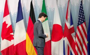 シャルルボワ・サミットの焦点は、米政権の鉄鋼輸入制限を日欧カナダが説得して撤回できるかだったが…(9日、記者会見を終えたカナダのトルドー首相)=ロイター