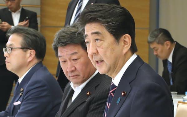経済財政諮問会議であいさつする安倍首相(5日、首相官邸)