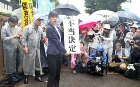 袴田事件で再審開始を認めない東京高裁決定に対し、「不当決定」と書かれた垂れ幕を掲げる弁護士(11日、東京都千代田区)