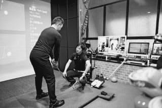 南田プロ(右奥)は飛ばしのための関節や筋肉の柔軟性を高める指導もしている