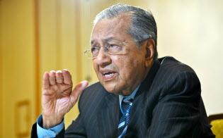 インタビューに答えるマレーシアのマハティール首相(11日午前、東京都千代田区)