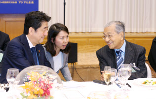 晩さん会でマレーシアのマハティール首相(右)と話す安倍首相(11日夜、東京都千代田区)
