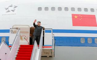 10日、平壌国際空港で、中国国際航空機でシンガポールに向け出発する北朝鮮の金正恩委員長=朝鮮中央通信撮影・共同