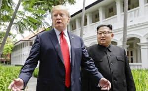 昼食会を終えたトランプ米大統領(左)と北朝鮮の金正恩委員長(2018年6月12日、シンガポール)=AP