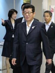 パリに向け出発する松井大阪府知事(11日、大阪空港)=共同