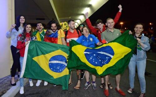 ブラジル代表のロシア入りを歓迎するサポーター=ロイター